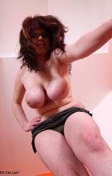 Szexi szemüveges tini meztelen teste