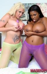 Leszbikus csajszik nyalják ki egymás punciját