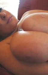 Szőke érett tini gigantikusan nagy mellekkel